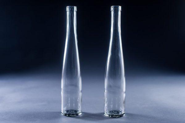 Две стеклянные вазы с узким горлышком