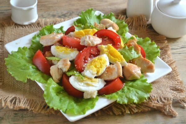 Готовый салат Цезарь с курицей и сухариками