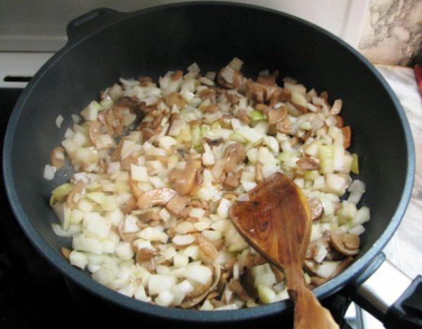 Грибы с луком в сковороде