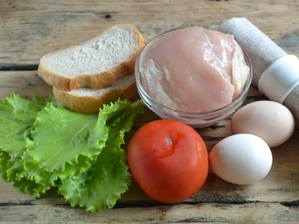 Хлеб, салат, курица, яйца и помидор