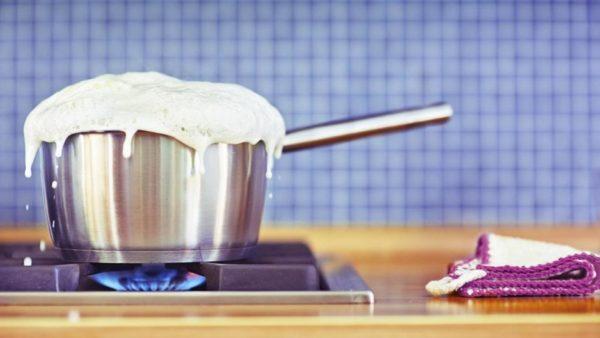 Из кастрюли убегает молоко