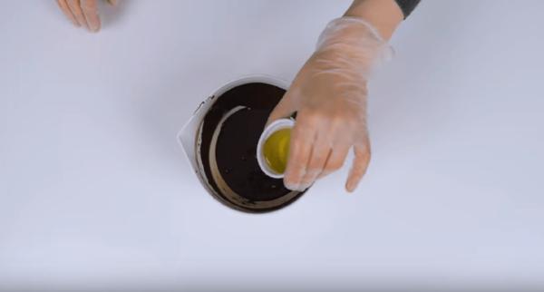 Добавление растительного масла в шоколадную глазурь