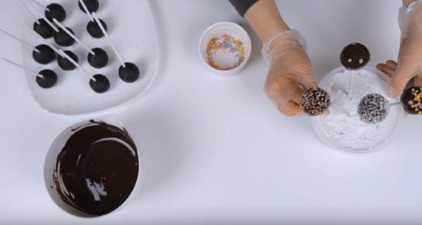 Кейк-попсы из остатком бисквита