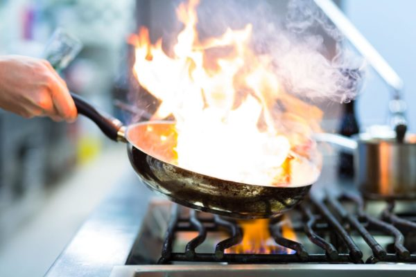 Коньяк горит в сковороде