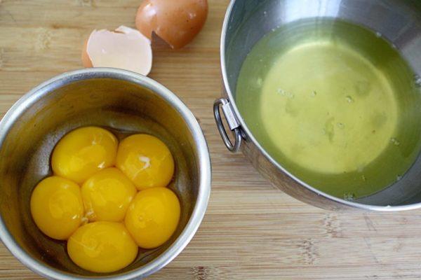 Миска с желтками и белками
