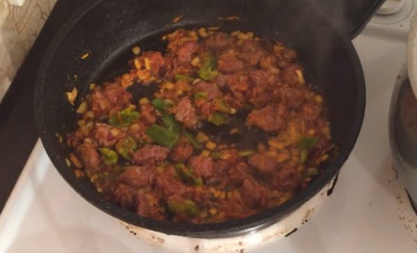 Мясо и овощи на сковороде