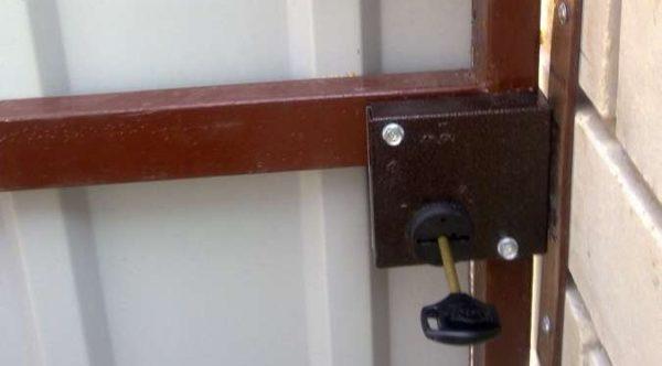 Накладной замок на ворота из профнастила