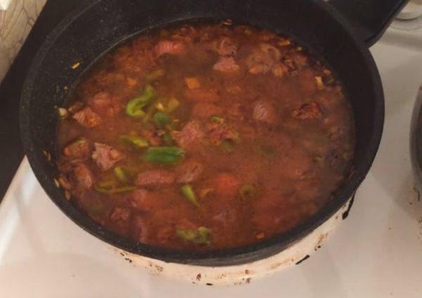 Обжаренные овощи и мясо в сковороде с водой