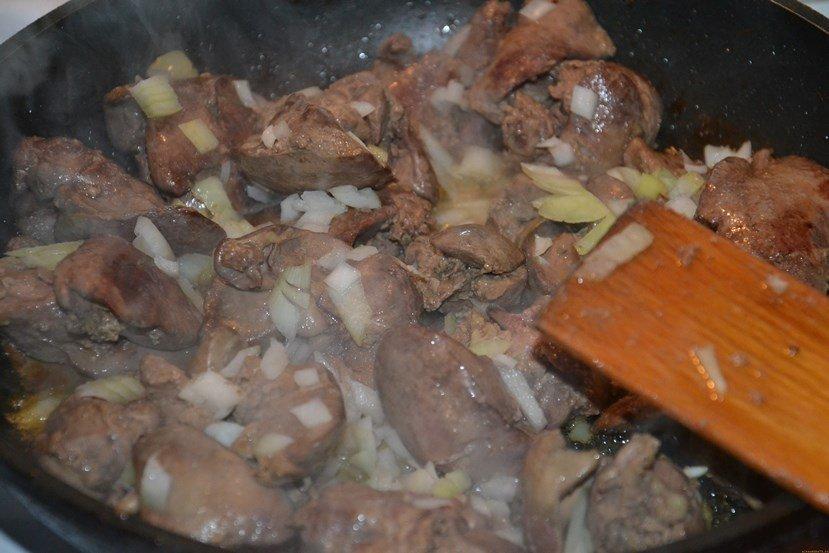 Пожарить куриную печень с луком и сметаной