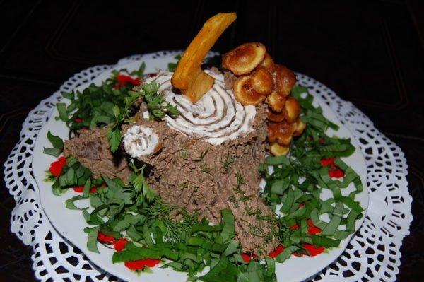 Печёночный паштет, выложенный на блюдо в виде пня