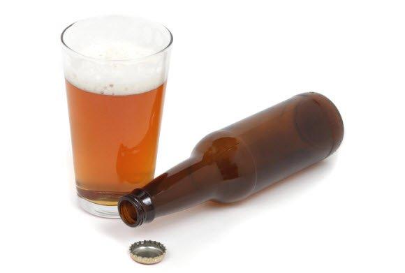 Стакан с пивом и открытая бутылка