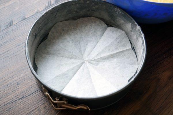 Подготовленная форма для торта