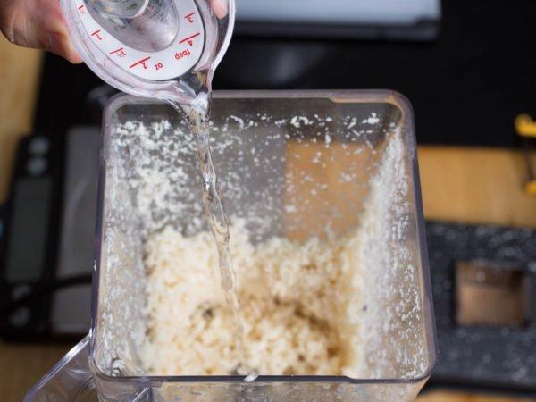 Доливание воды в чашу блендера