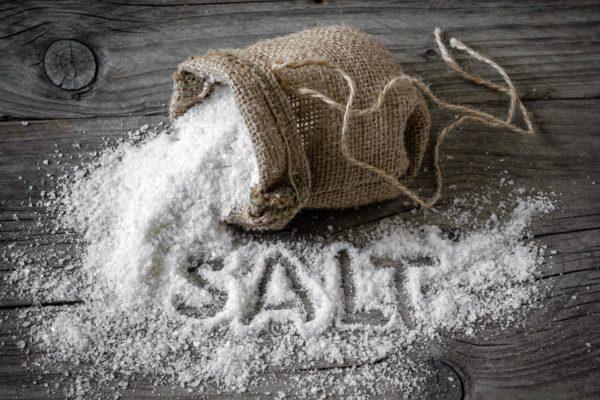 Кухонная соль в мешочке и на столе
