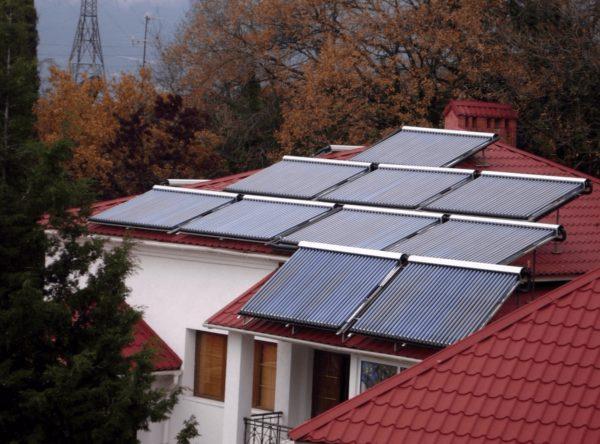 Система солнечных коллекторов на крыше частного дома