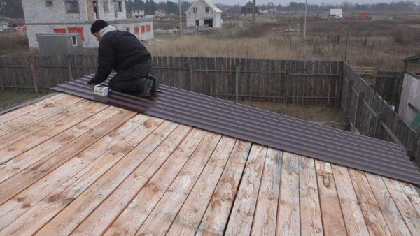 Укладка профнастила на крышу сарая
