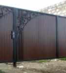 Ворота из профлиста с ажурной ковкой