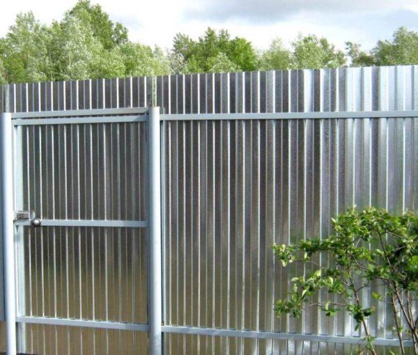 Забор из оцинкованного профнастила