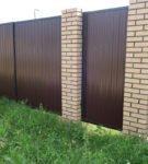 Забор на кирпичных опорах