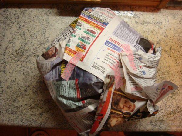 Завёрнутая в газету кастрюля