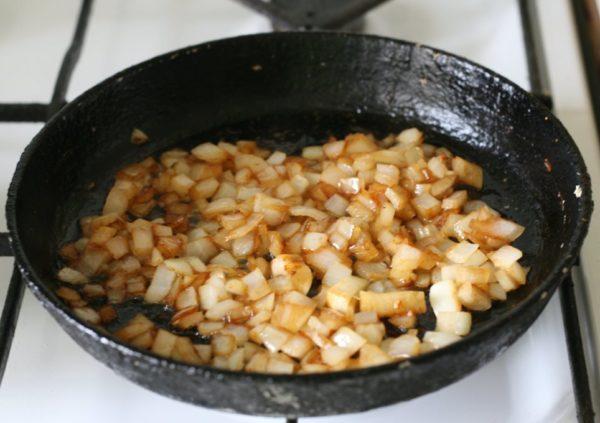 Жареный лук на сковороде