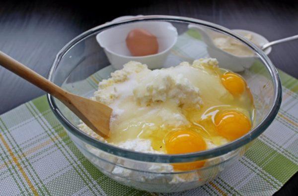 Творог с яйцами и сахаром в прозрачной миске