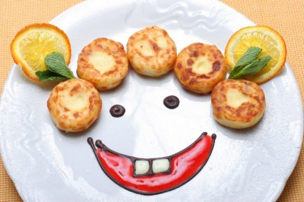 Сырники натарелке с нарисованной улыбкой