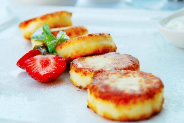 Сырники на блюде с клубникой