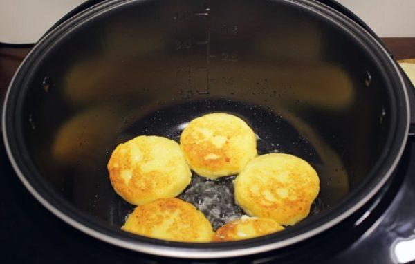 Сырники на дне смазанной маслом мультиварки