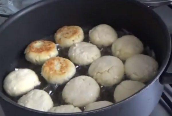 Сырники жарят на сковороде