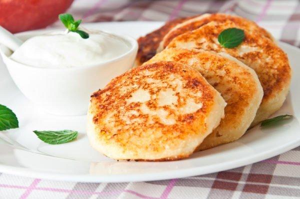 Сырники на блюде с плошкой сметаны