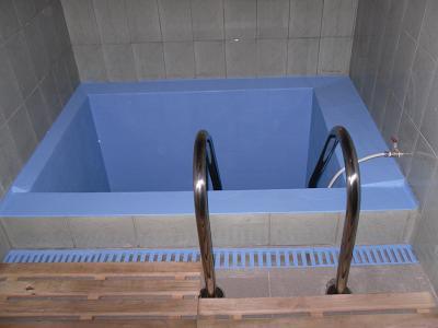 Купель из бетона с лестницей
