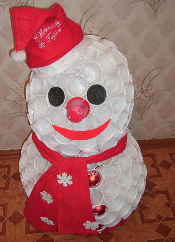 Как сделать снеговика из одноразовых стаканов фото 514
