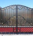 Кованые ворота с заполнением из поликарбоната