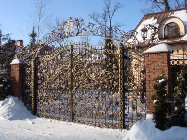 Кованые ворота с ломаным краем