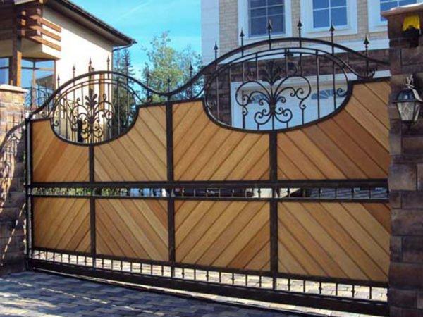 Кованые ворота с заполнением
