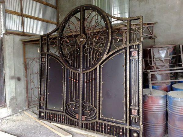 Кованые ворота с заполнением металлом
