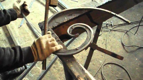 Крепление кованного элемента к створке ворот