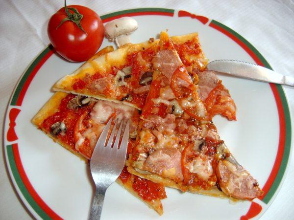 Куски пиццы на тарелке