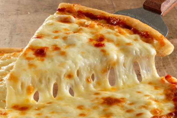 Кусок пиццы с тянущимся сыром