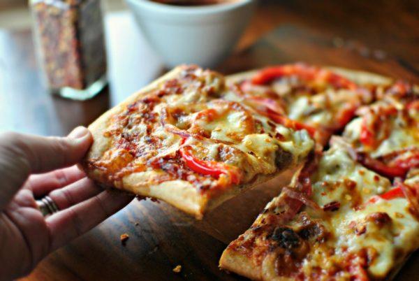 Кусок пиццы в руке