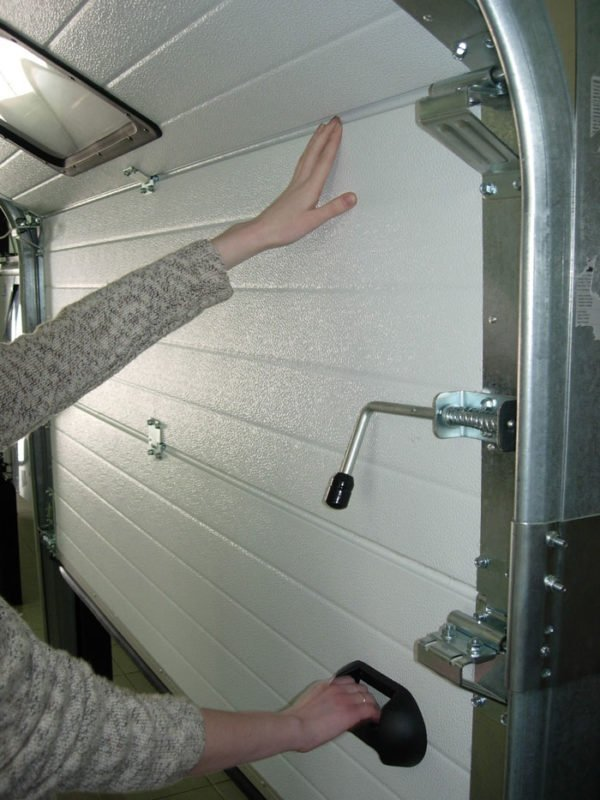 Установка фурнитуры секционных ворот