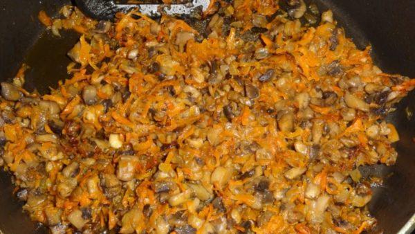 Морковь с грибами и луком