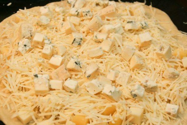 Начинка из 4 сыров на тесте