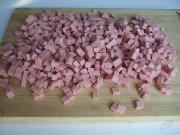 Нарезанная кубиками колбаса