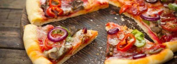 Нарезанная на куски пицца
