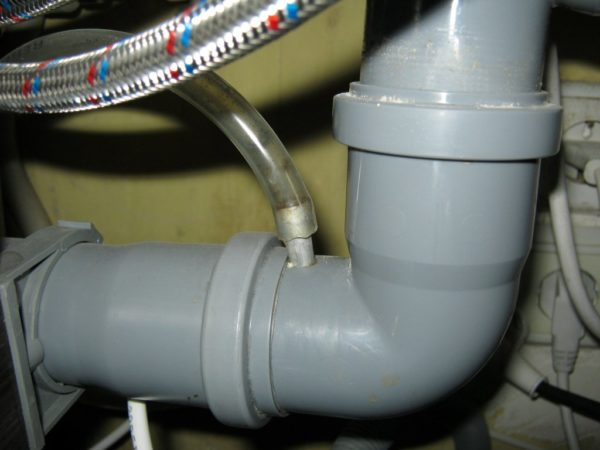 Отвод шланга в канализацию