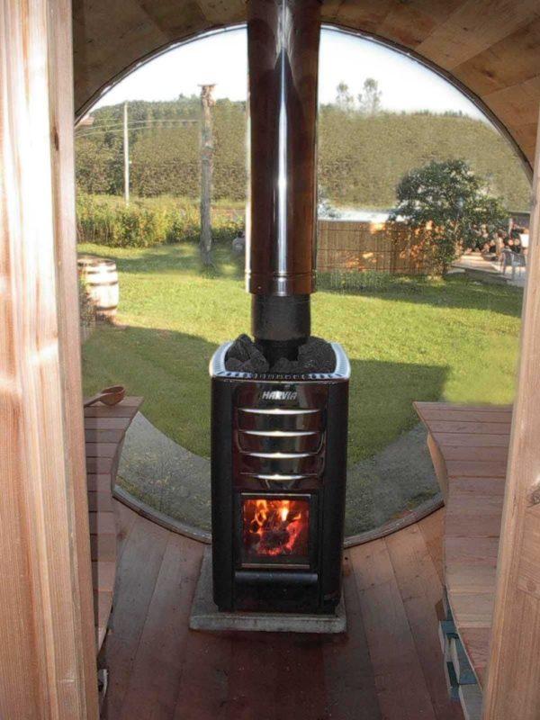 Печка с дымоходом в бане-бочке