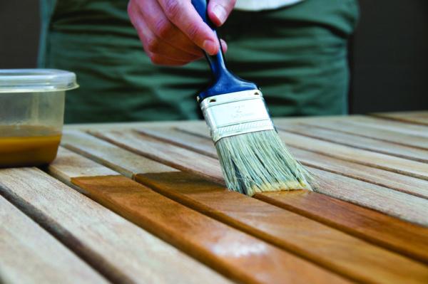 Процесс нанесения пропитки на деревянные элементы теплицы