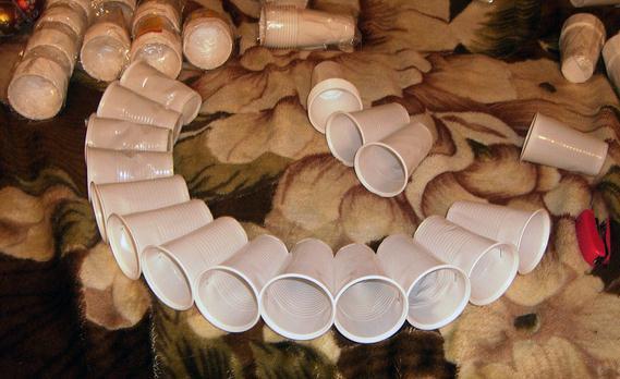 Как начинать делать круг из одноразовых стаканов
